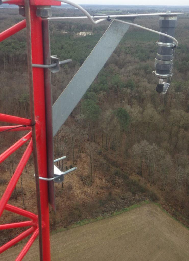 Capteur à ultrasons installé sur le mât de mesures des vents