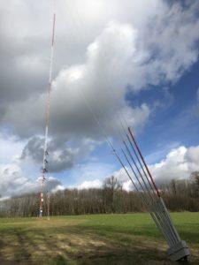 Vue des haubans de fixations du mât de mesures des vents - projet de parc éolien du Pays Fléchois