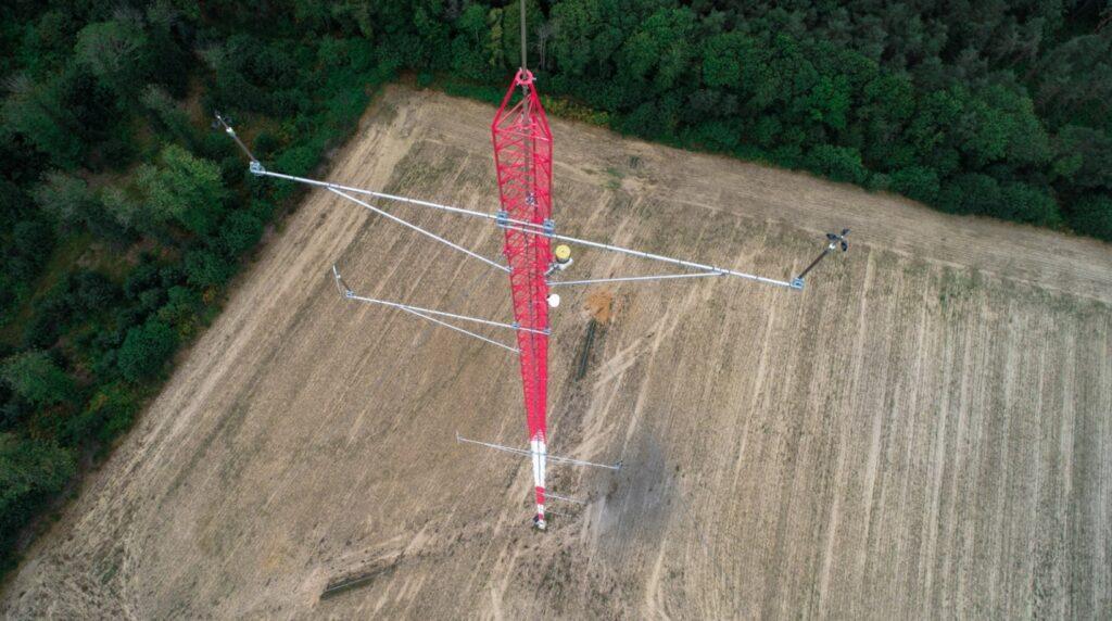 Vue par drone en plongée du mât de mesure des vents